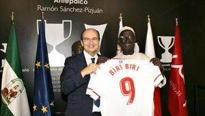 Biri-Biri recibe una camiseta con su nombre de manos de Pepe Castro en el antepalco del Pizjuán, en el 2017.