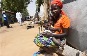 Una madre y su hijo en un campo de refugiados de Boko Haram