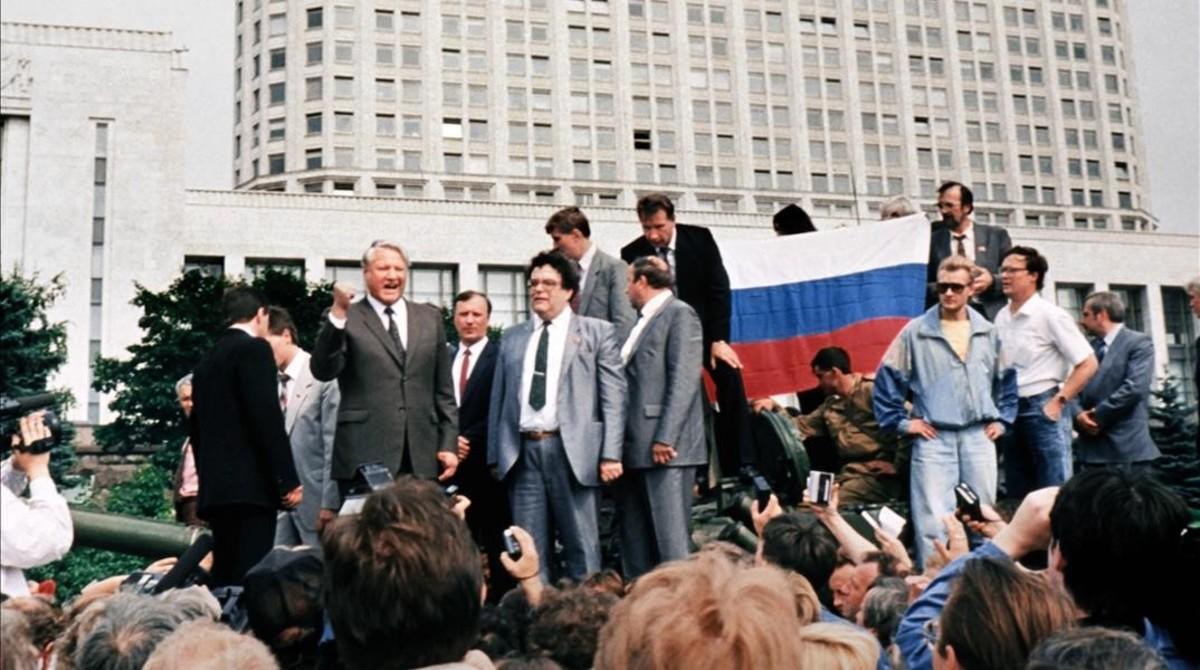 Boris Yeltsin (izq), encima de un blindado, rodeado de seguidores, frente al edificio de la Federación Rusa, en Moscú, el 19 de agosto de 1991.