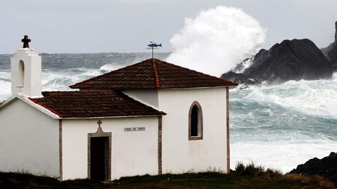 Alerta roja, de riesgo extremo en toda la costa. Se esperan olas de hasta 9 metros de altura.