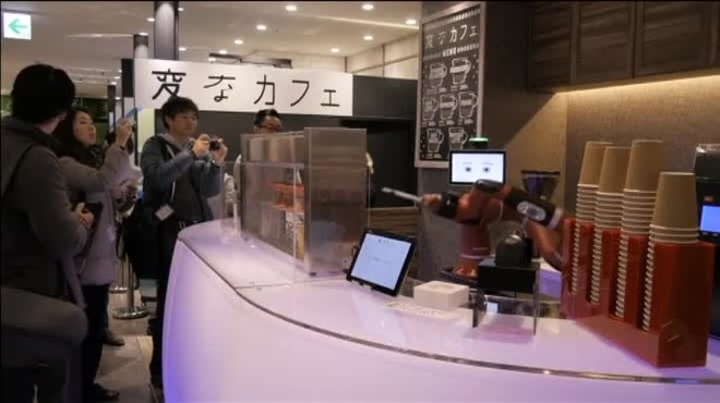 En un bar de Tokio a los clientes les atiende alguien muy especial. Nada más y nada menos que un robot.