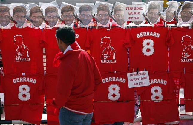 Camisetas y caretas de Gerrard en las tiendas de los aledaños de Anfield.