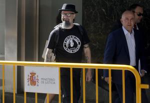 El cantante de Def Con Dos, César Strawberry, a su llegada a la Audiencia Nacional para declarar tras ser detenido en la Operación Araña 3.