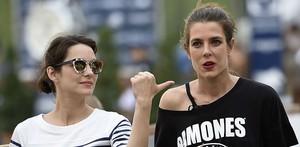 Carlota Casiraghi (derecha), con la actriz Marion Cotillard, en verano del 2015.