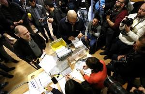 Un cartero entregael voto por correo en un colegio electoral, el 20-D.