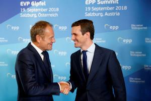 Pablo Casado saluda al presidente del Consejo Europeo, Donald Tusk.