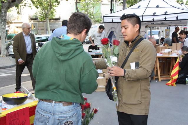Un ciudadano compra unas rosas a primera hora de la mañana, en la Rambla de Catalunya.