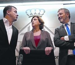 Colau, entre Alfred Bosch y Jaume Collboni, en el Ayuntamiento de Barcelona, en julio.