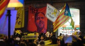 Concentración ante la sede de la UE en Barcelona para celebrar el fallo de la justicia europea sobre Oriol Junqueras, el jueves.