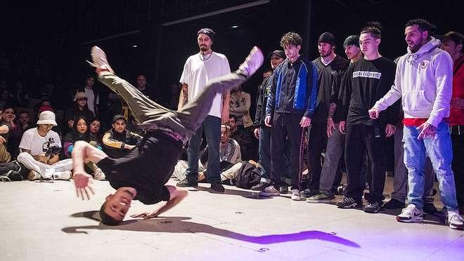 La celebracIón del 20 aniversario del primer encuentro estatal de breakers en el Ateneu Popular9 barris se convierte en una vibrante exhibición de los valores del hip-hop.