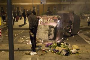 Contenedores volcados, anoche en Sants, tras la protesta por el derribo de Can Vies.