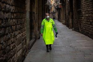 Un trabajador se cubre la cara con mascarilla para protegerse del coronavirus.