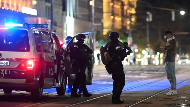 Cuatro muertos en una cadena de atentados yihadistas en Viena.
