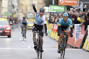 David De La Cruz levanta las manos en el Paseo de los Ingleses de Niza, este domingo, por delante de Omar Fraile y con Marc Soler, detrás.