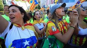 Diada 2017: Varias asistentes a la manifestación de Barcelona.
