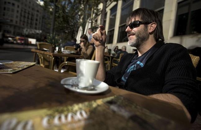 El dibujante Paco Roca, que regresa tras Los surcos del azar con La casa, su cómic más personal,en una terraza de Valencia, esta semana.