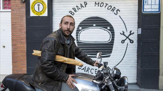 El director de Felnuti, Álex Comajuan, ante el taller de motos del que también es socio.