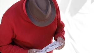 Un hombre mira una papeleta antes de votar en un colegio electoral de Bogotá.