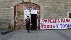 La puerta de la Massana, con los carteles que resumen la reivindicación.