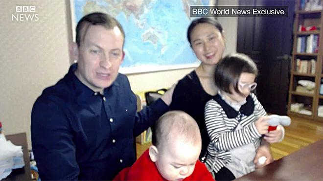 La cadena de televisión BBC entrevista a la familia de Robert E. Kelly.
