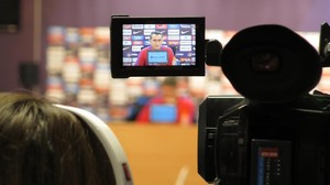 Ernesto Valverde aparece en el visor de una de las doce cámaras de TV que había hoy en la sala de prensa de la Ciudad Deportiva del Barça.