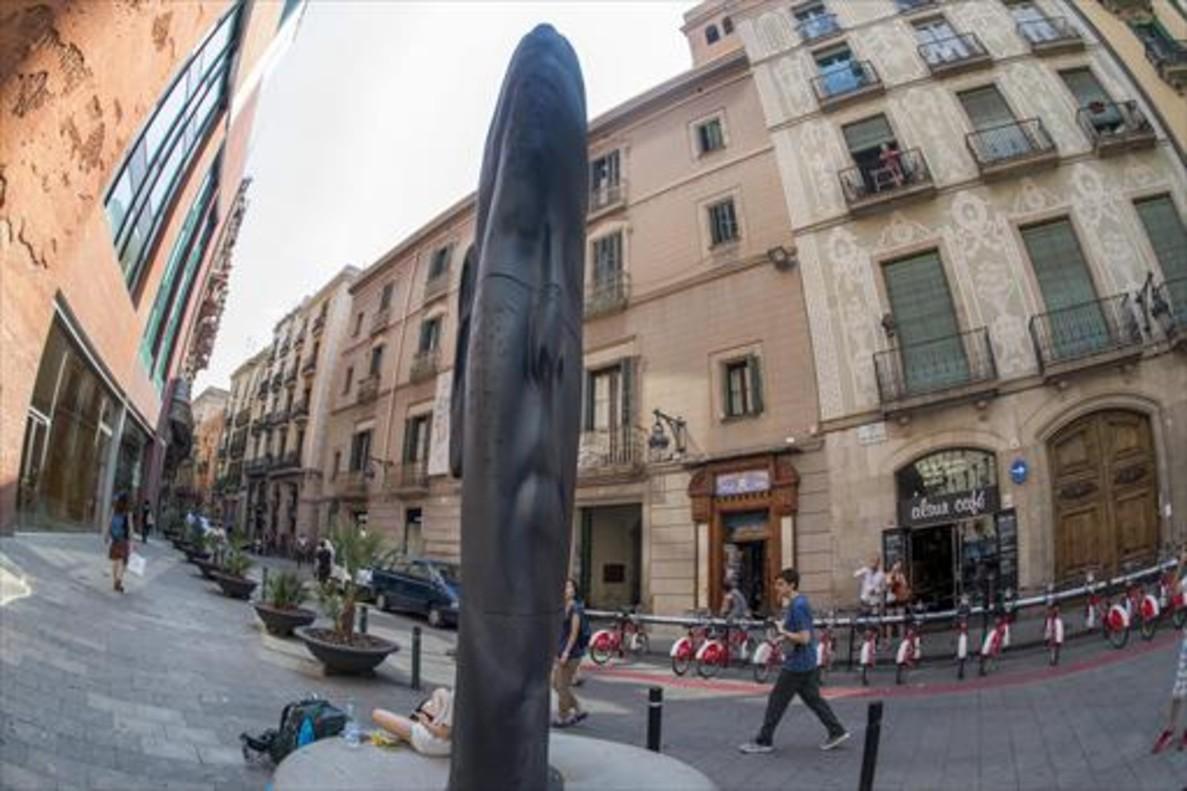 La escultura 'Carmela', de Jaume Plensa, ubicada frente el Palau de la Música.