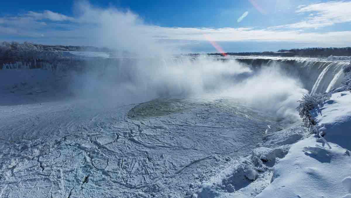 Hasta las cataratas del Niágara han quedado completamente congeladas.