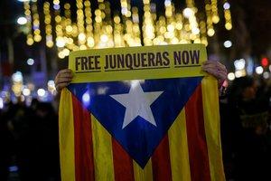 Pancarta por la libertad de Oriol Junqueras en el paseo de Gràcia de Barcelona