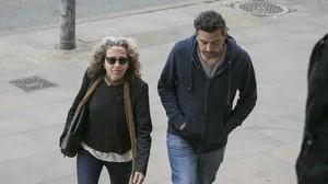Ester Quintana, con un acompañante, a su llegada al juicio en la Audiencia de Barcelona.