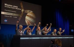 Los ingenieros de la NASAcelebran la llegada de la sonda Juno a la órbita de Júpiter.