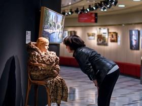 La comisaria de la muestra, Rosa Ferrer, mira la escultura de Efraïm Rodríguez First Winter, la pieza que abre la exposición.