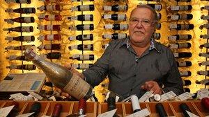 Toni Falgueras, en la bodega Gelida, con una botella de Romanée Conti, que vale 3.000 euros.