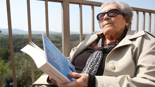 Fallece Neus Català, superviviente de los campos nazis. En la foto, en el 2012,Català sostiene un ejemplar del libro'Un cel de plom'.