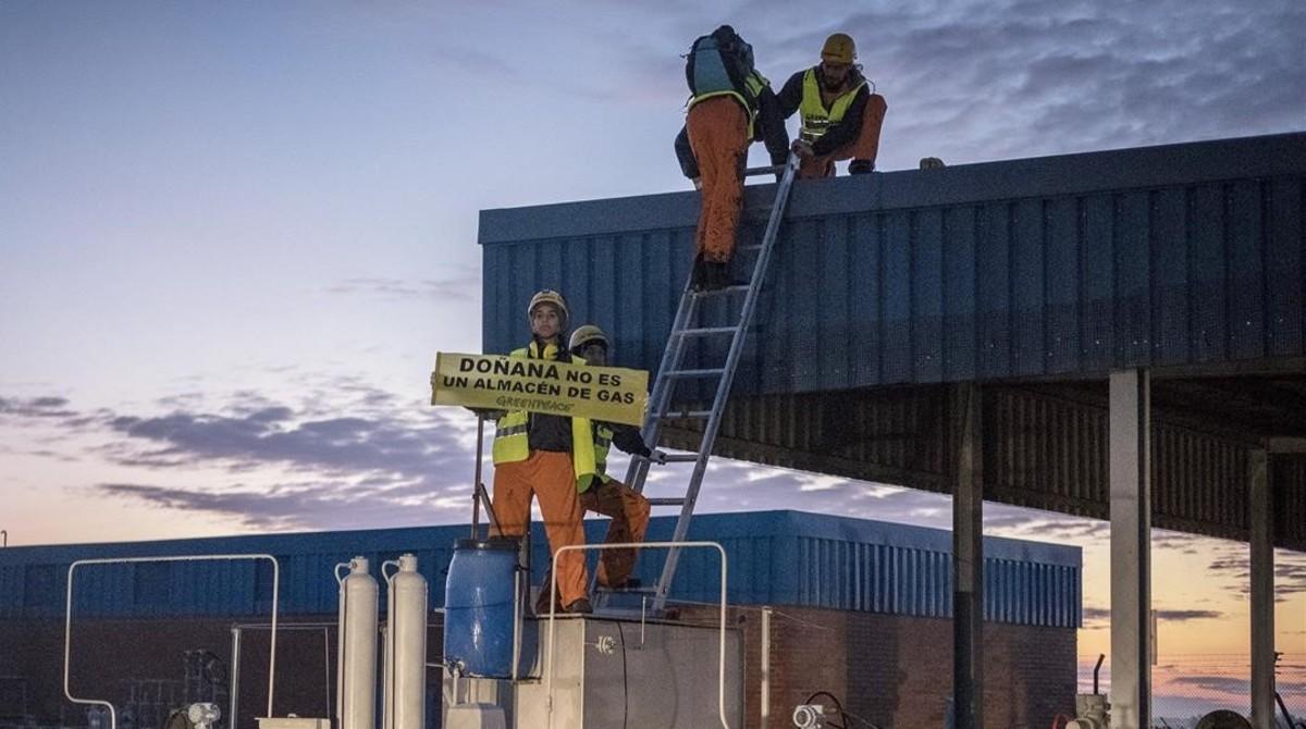 Activistas de Greenpeace, en una protesta contra las instalaciones de Gas Natural Fenosa en Doñana, el pasado mes de noviembre.