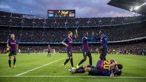 Felicitaciones a Suarez,en el suelo con Sergi Roberto,tras su tercer gol.