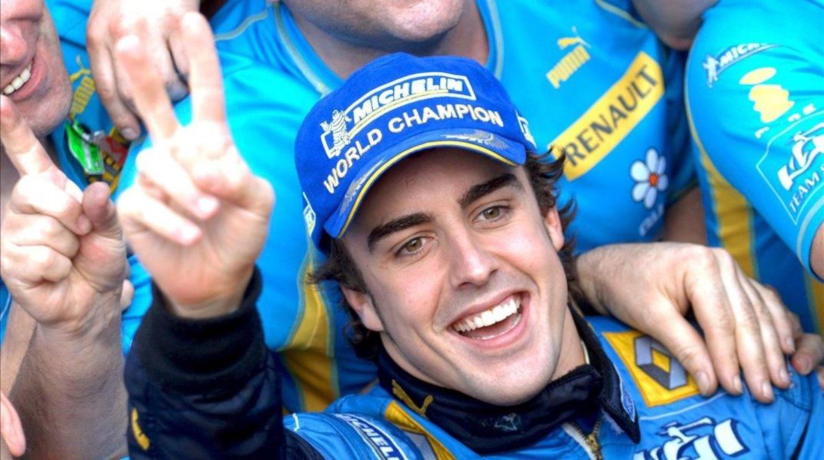 Fernando Alonso (Renault F-1) celebra el triunfo en el circuito brasileño de Interlagos, en octubre del 2006.