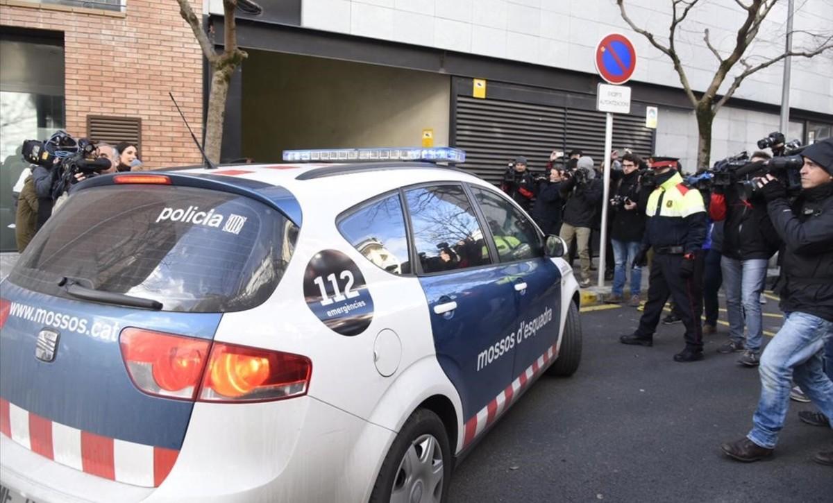 Fernando Blanco, padre de Nadia Nerea, llega a los juzgados de La Seu dUrgell en un coche de los Mossos.