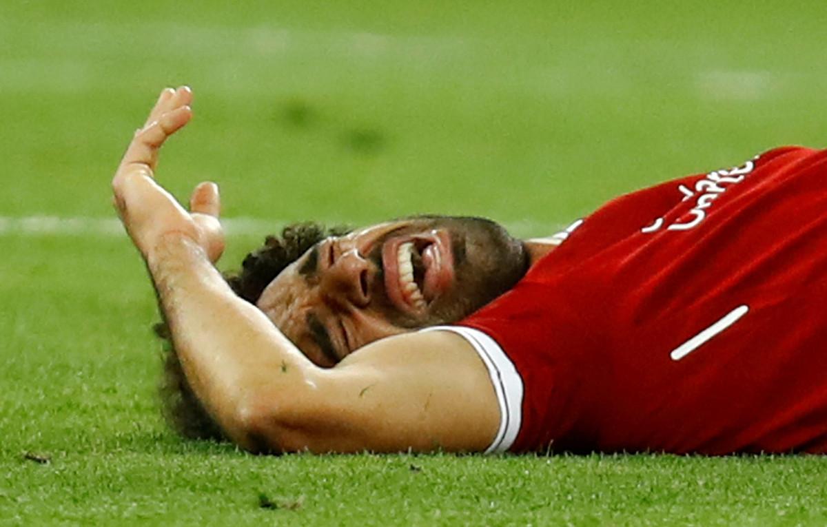 Salah, tras caer lesionado después de una entrada de Ramos.