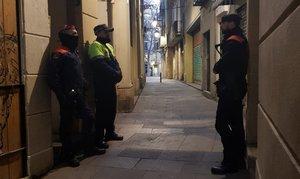 Dispositiu policial en tres narcopisos del barri Gòtic de Barcelona