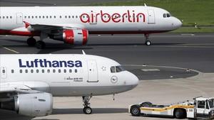 Foto de archivo de un avión de la aerolínea Lufthansa y otro de Air Berlin en el aeropuerto de Dusseldorf.