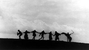 Fotograma de la película 'El septimo sello' que ilustra la danza de la muerte medieval.