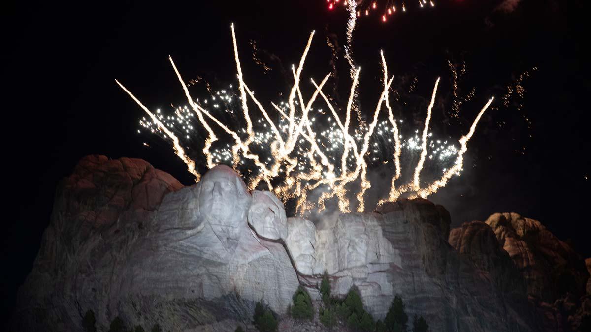 Fuegos artificiales en el Monte Rushmore por el Día de la Independencia.