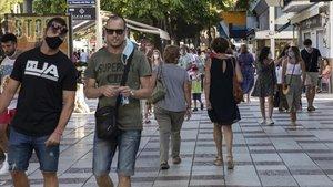 Gente paseando por la calle principal de Platja d'Aro.