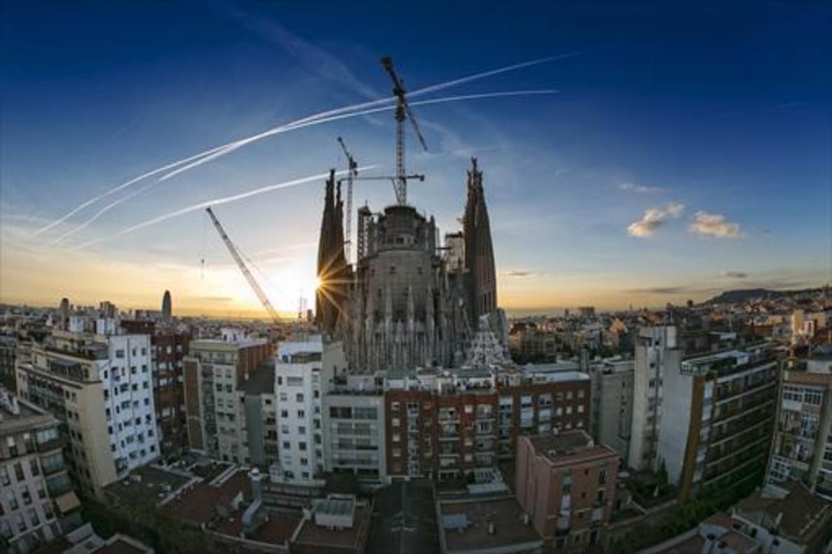 La gigantesca mole de la Sagrada Família al amanecer del pasado día 10.