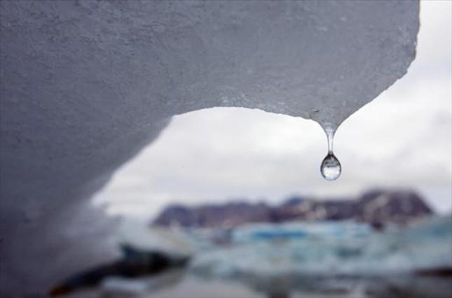 Gotas de agua de la capa de hielo que se derrite en Groenlandia.