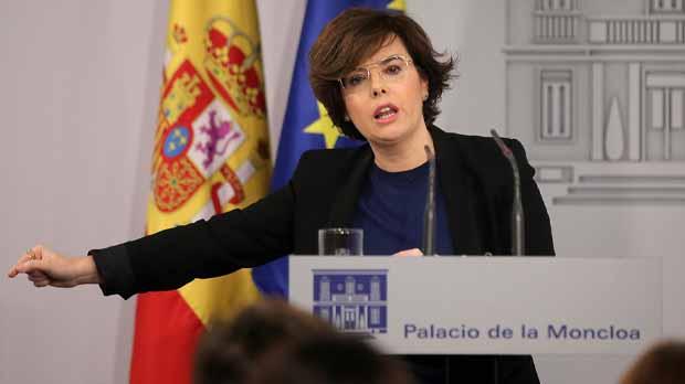 Soraya Sáenz de Santamaría ha anunciat la decisió de Rajoy de sol·licitar informes al Consell d'Estat per conèixer la possibilitat que Puigdemont sigui investit president de la Generalitat d'acord amb el seu estatus jurídic.