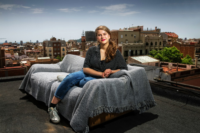 La actriz Elisabet Casanovas, en el terrado de su edificio, con el barrio de Gràcia de fondo.
