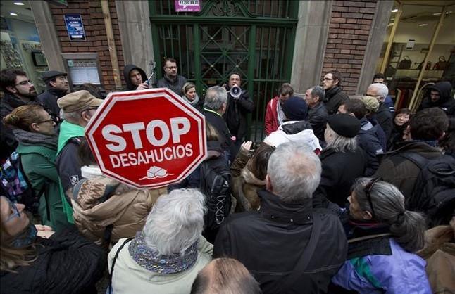 Un grupo de personas muestra su rechazo en un desahucio en Barcelona.