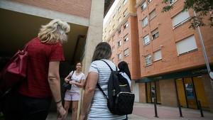 Un grupo de vecinas conversa junto al edificio donde se han cometido los asesinatos, en la calle Río Adra, de Castellón.