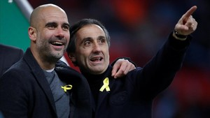 Guardiola y Manel Estiarte, su asistente, tras ganar el primer título en Inglaterra al derrotar al Arsenal.